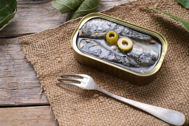 Sardines en conserve à l'huile d'olive sur toile de sac, vue du dessus