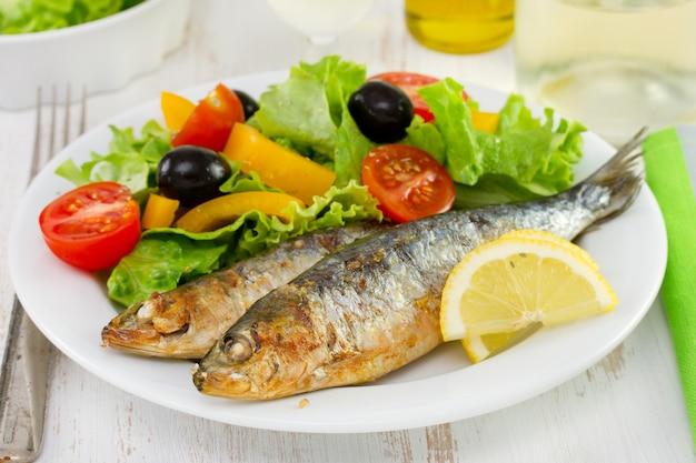 Sardines frites avec salade fraîche