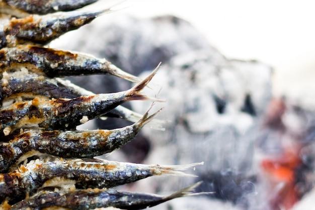 Sardines à rôtir avec le feu arrière-plan