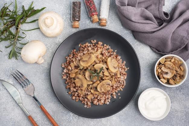 Sarrasin bouilli aux champignons cuits. cuisine traditionnelle russe