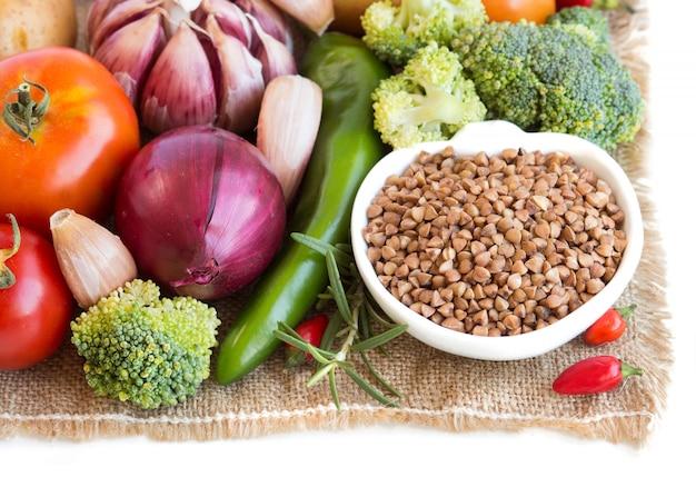 Sarrasin cru dans un bol et légumes crus bouchent