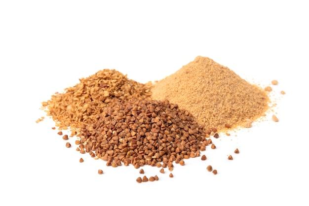 Sarrasin, flocons et farine isolés.