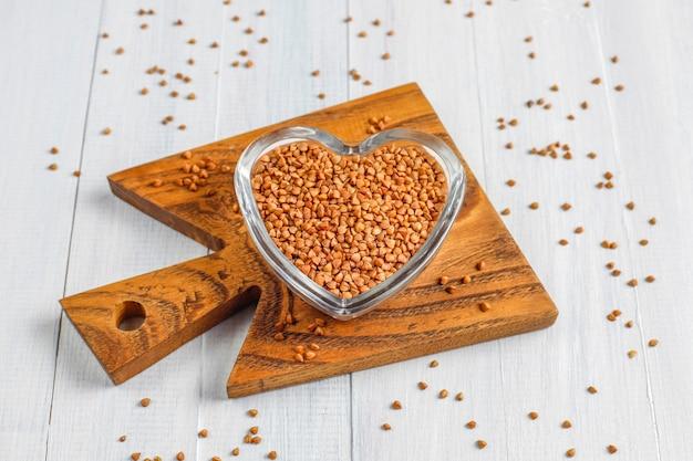 Sarrasin non cuit biologique dans un bol, vue du dessus