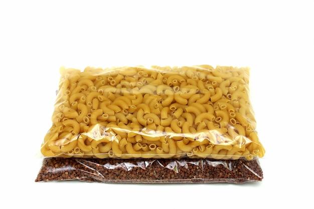 Sarrasin et pâtes dans des sacs en polyéthylène
