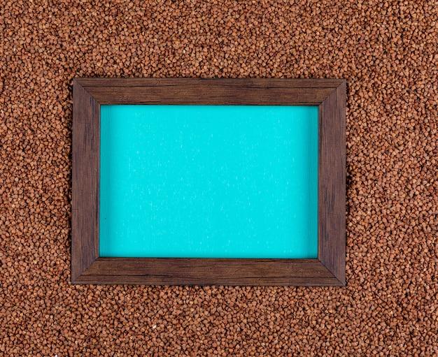 Sarrasins à plat avec cadre vide au centre. horizontal