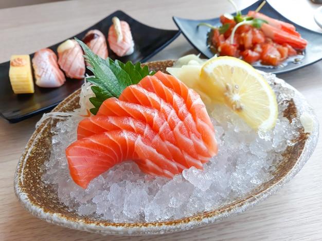 Sashimi au saumon et sushi, cuisine japonaise.