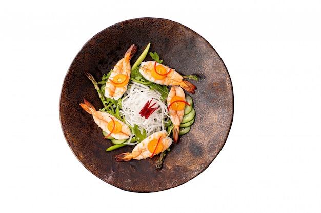 Sashimi de crevettes sur isolé. concept alimentaire au japon