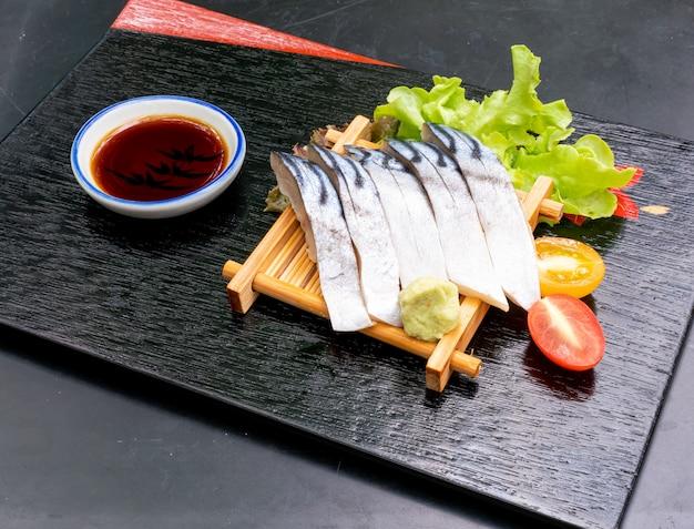 Sashimi cru saba frais à la sauce soja