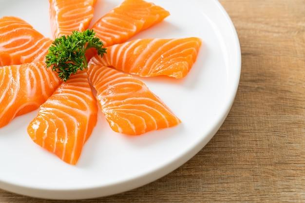 Sashimi cru de saumon frais - style de cuisine japonaise