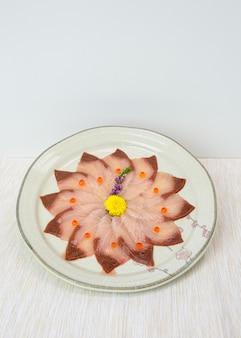 Sashimi de hamachi cru tranché sur plat