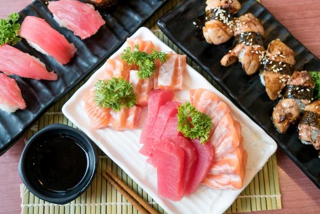 Sashimi de poisson en tranches mélangées dans une assiette blanche. sashimi saumon et thon sertie de thon
