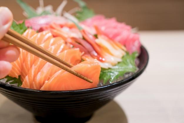 Sashimi salmon tuna hamachi crevette et surf set calm, poisson cru, nourriture japonaise au repos asiatique