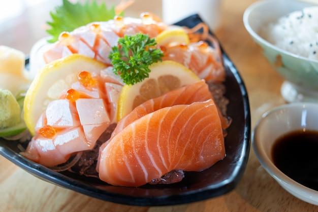 Sashimi de saumon dans une assiette de service.