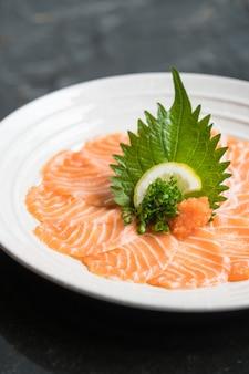 Sashimi de saumon frais cru