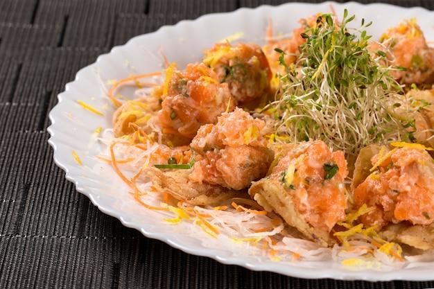Un sashimi de saumon avec de la mayonnaise japonaise servait d'apéritif.