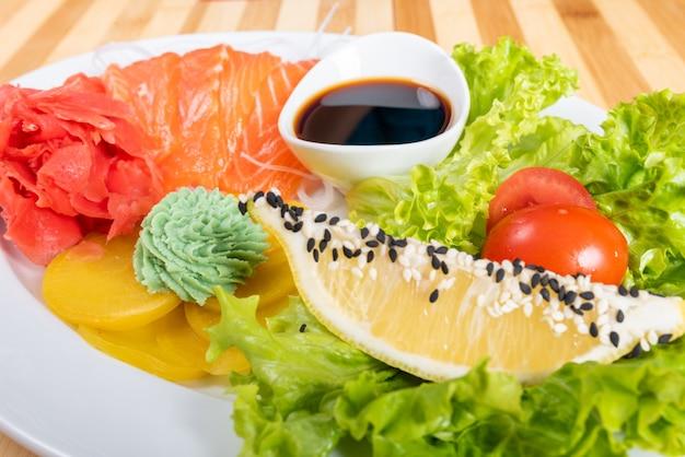Sashimi de saumon avec patat, citron et herbes. pour n'importe quel but.