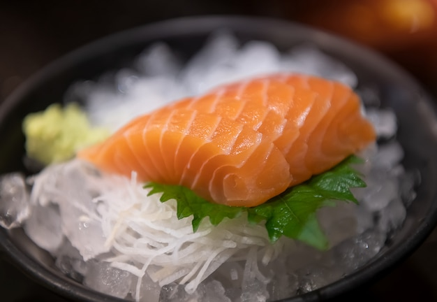 Sashimi de saumon prêt à servir.
