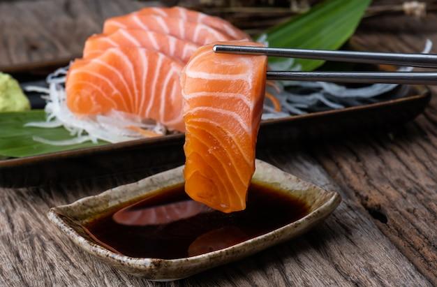 Sashimi de saumon à la sauce shoyu.