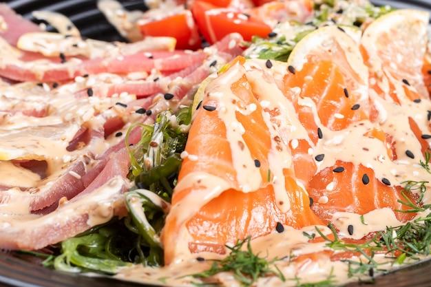 Sashimi de saumon et thon dans une salade aux herbes. pour n'importe quel but.