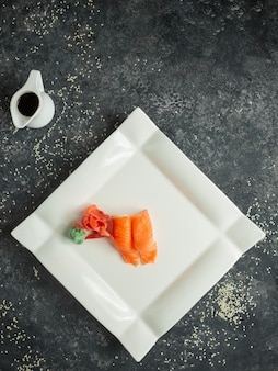 Sashimi servi avec du gingembre, du wasabi et de la sauce au soja