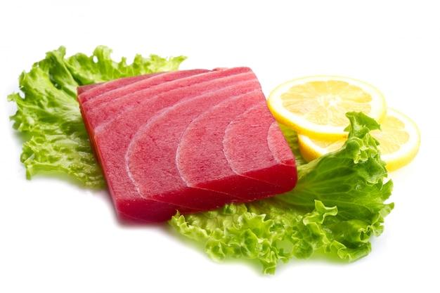 Sashimi de thon avec salade et citron