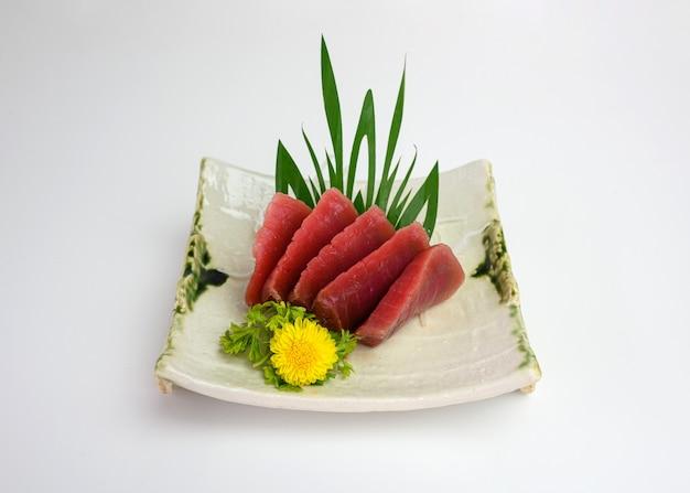 Sashimi en tranches maguro ou thon sur plaque
