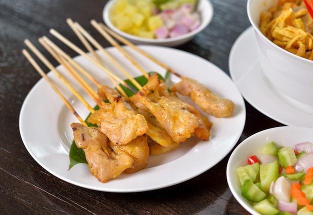 Satay de porc grillé. nourriture thaï.