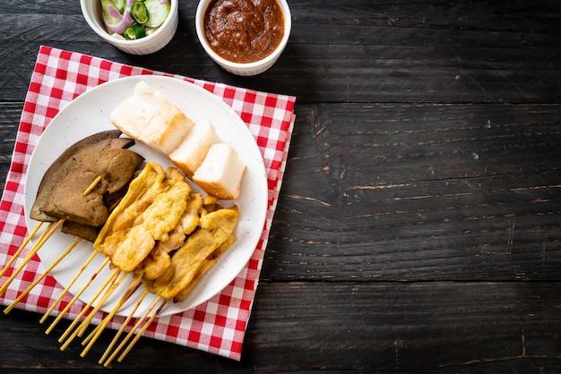 Satay de porc et satay de foie avec pain et sauce aux arachides