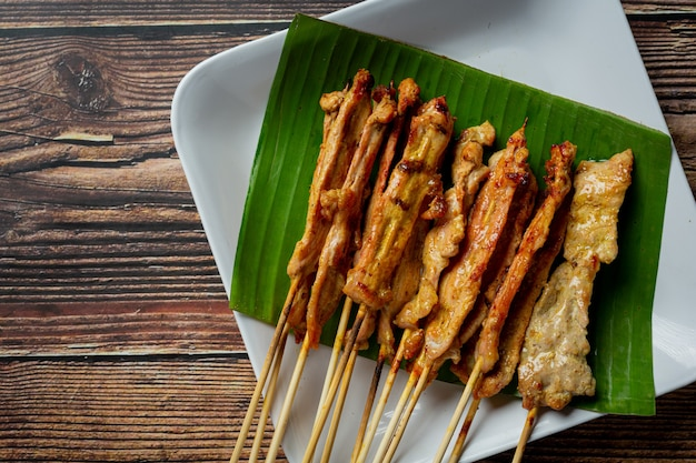 Satay de porc avec sauce aux arachides ou sauce aigre-douce, cuisine thaïlandaise
