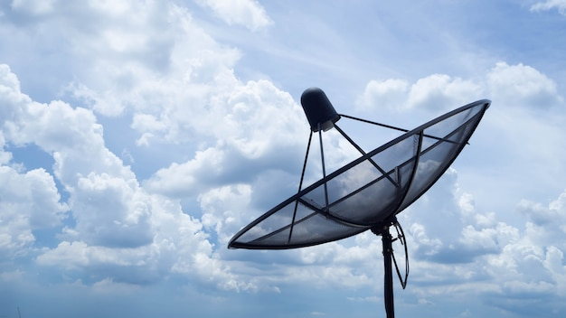 Satellite situé sur un bâtiment élevé