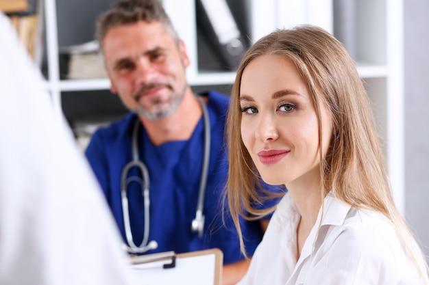Satisfait heureux belle femme souriante avec médecin