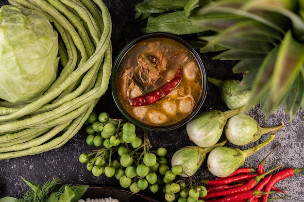 Sauce au poulet et aux boulettes de viande avec aubergine, piment, haricots longs, chou et aubergine.