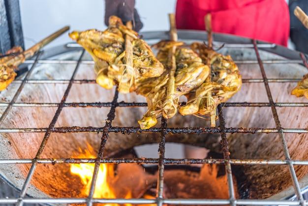La sauce au poulet grillé est un aliment de barbecue thaïlandais préparé par le poulet et la sauce