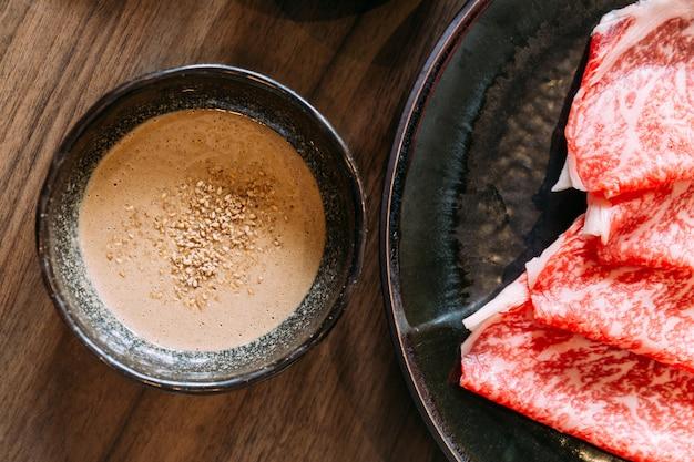 Sauce au sésame shabu nappée de sésame écrasé et de tranches rares de bœuf wagyu japonais authentique