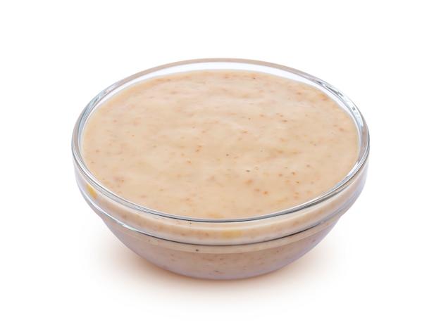 Sauce au sésame. tahini isolé sur fond blanc