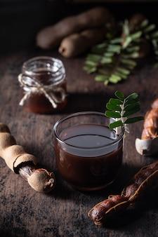 Sauce au tamarin frais sur fond rustique foncé
