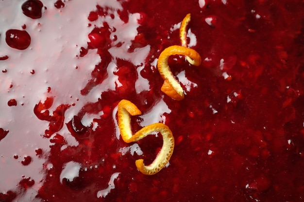 Sauce aux canneberges avec des zestes d'orange sur tout le fond