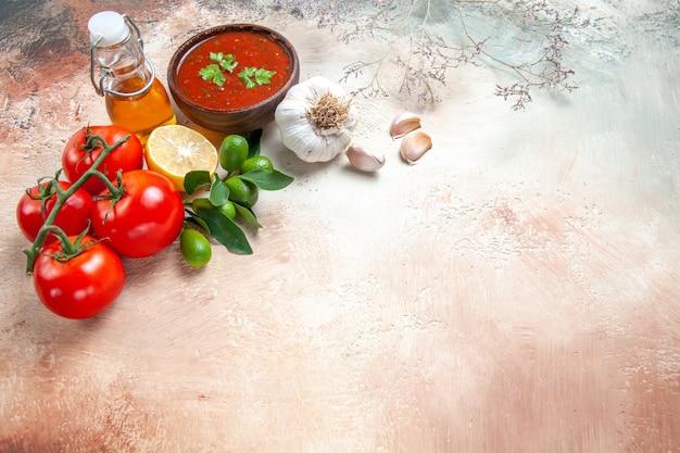 Sauce bouteille d'huile de tomates avec pédicelles sauce citron ail
