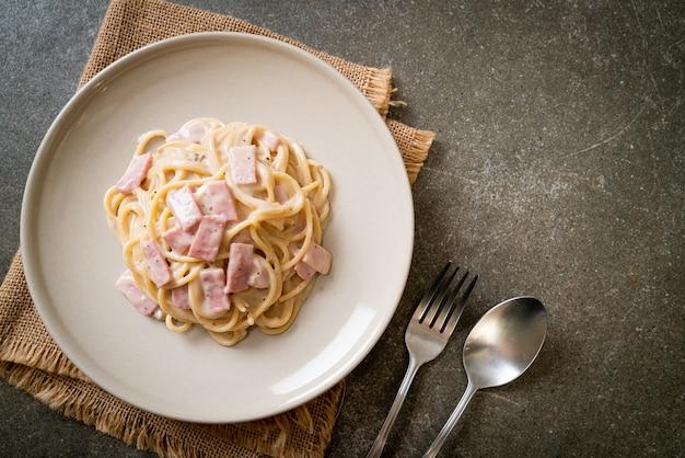 Sauce à la crème blanche spaghetti maison au jambon. style de cuisine italienne
