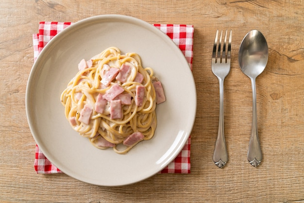 Sauce à la crème blanche spaghetti maison au jambon - style cuisine italienne