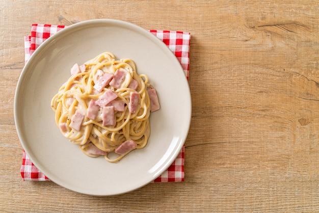 Sauce à la crème blanche spaghetti maison avec jambon - cuisine italienne