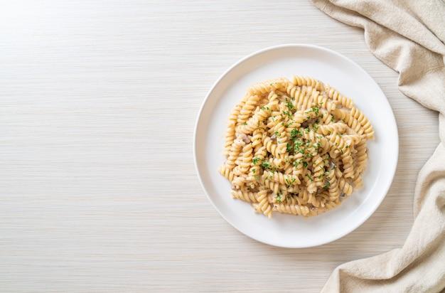 Sauce crémeuse aux champignons et pâtes en spirale au persil