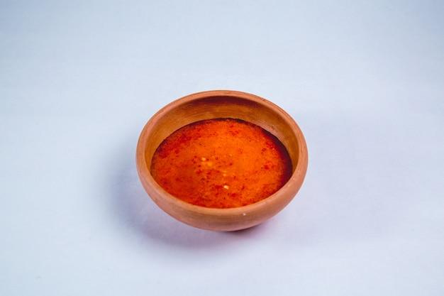Sauce épicée dans un pot en argile