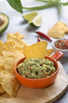 Sauce guacamole aux chips de tortilla