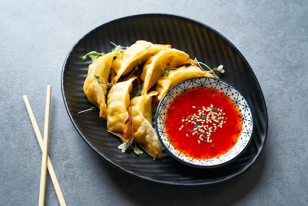 Sauce gyozas teriyaki cuite à la vapeur et sésame