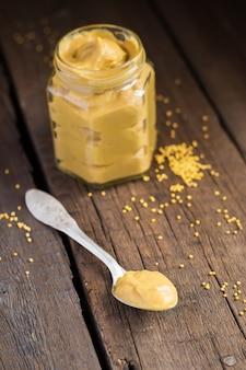 Sauce à la moutarde à la maison dans une cuillère