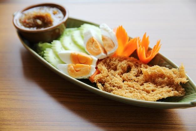 Sauce à la pâte de crevettes avec poisson frit croustillant et œuf