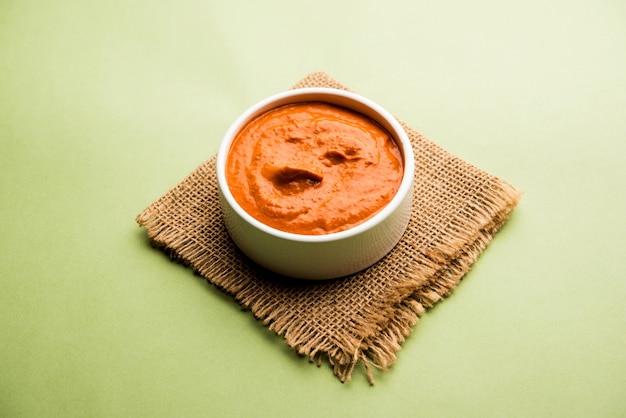 Sauce peri peri dans un bol, originaire du portugal, c'est une sauce piquante à base de piri piri ou piments oiseau d'afrique. mise au point sélective