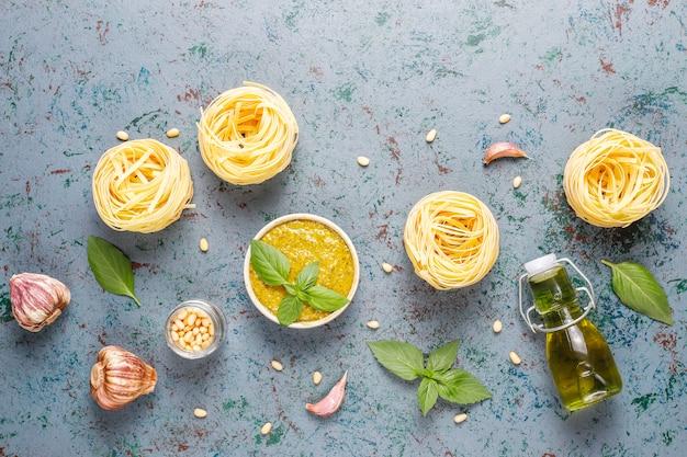 Sauce pesto au basilic italien avec des ingrédients culinaires pour la cuisson.