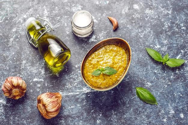 Sauce Pesto Au Basilic Italien Avec Des Ingrédients Culinaires Pour La Cuisson. Photo gratuit